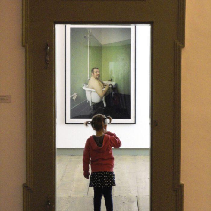 Kleine Ausstellungsbesucherin 2014, Foto Lisa Schmidt