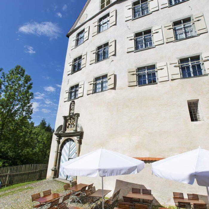 Schloss Achberg, Sitzplätze im Innenhof   Foto Karin Volz